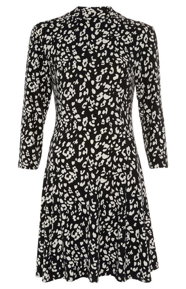 Zachte zwart-witte wijdvallende jurk