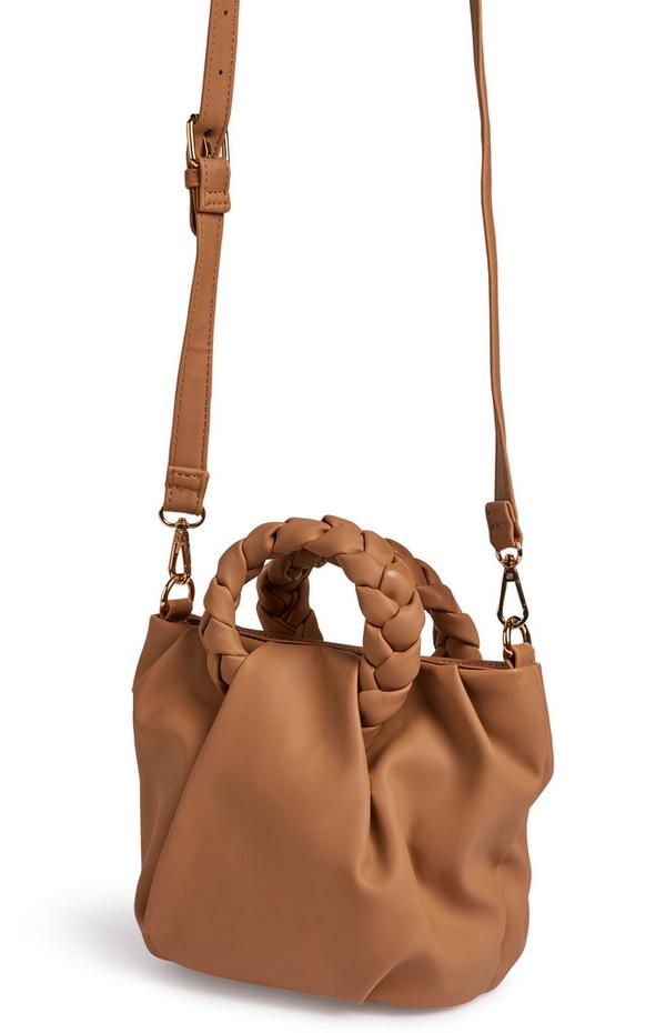 Bolso cruzado color camel con asa de mano trenzada