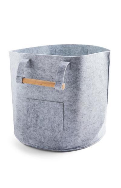 Siva velika košara iz klobučevine z lesenimi ročaji
