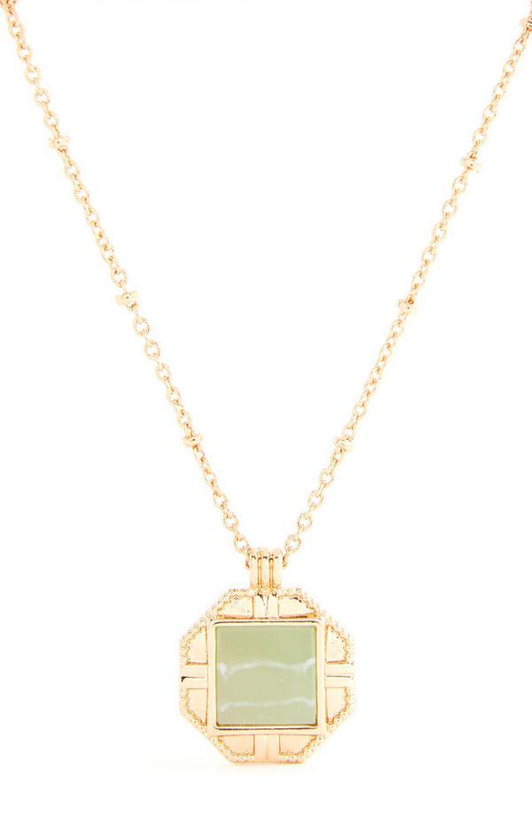 Goldfarbene Halskette mit großem grünen Steinanhänger