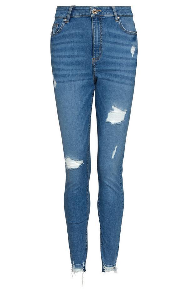 Blaue Skinny Jeans mit ausgelassenem Saum