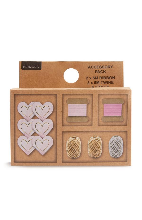 Confezione con accessori e nastri per regali