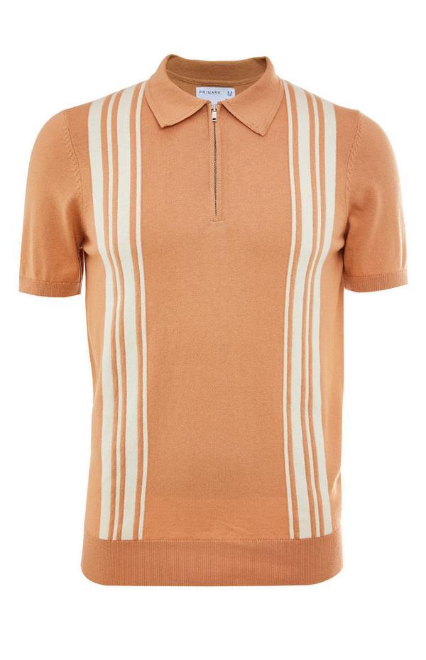 Premium majica kamelje barve z navpičnimi črtami in polo ovratnikom