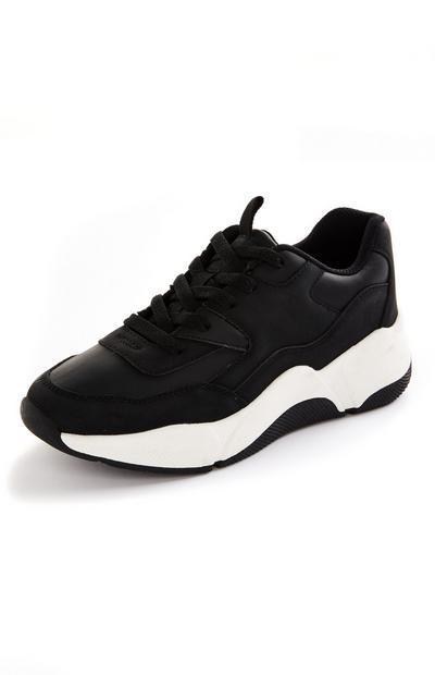 Zwart-witte sneakers met dikke zool