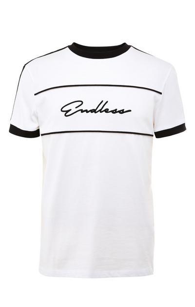 Camiseta blanca con cinta negra y texto «Endless»
