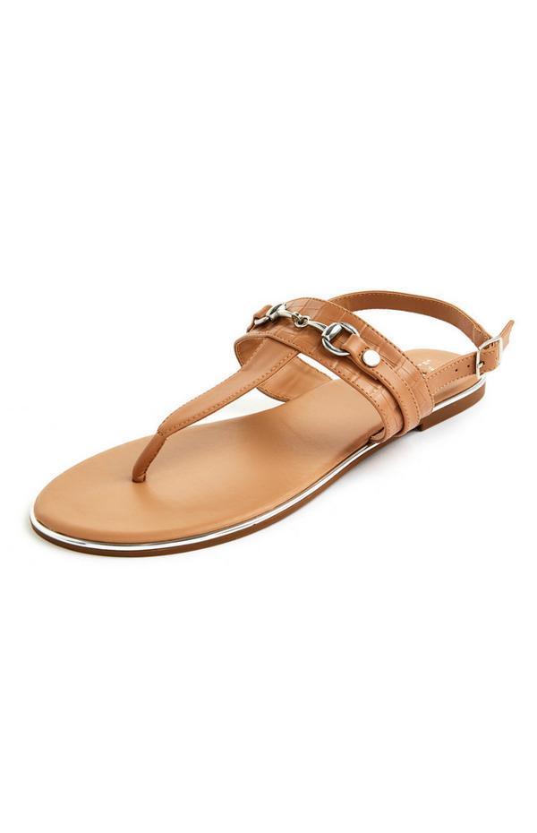 Bež sandale s tankimi paščki, zlatimi detajli in ravnim podplatom
