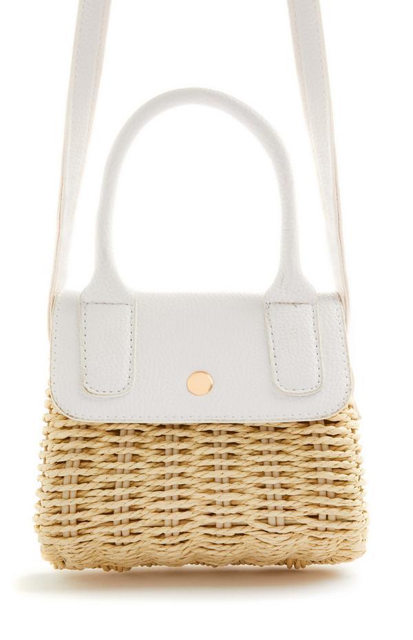 Majhna pletena slamnata torbica za čez telo v kombinaciji z belo barvo