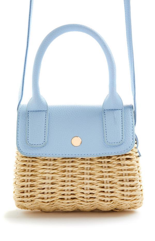 Majhna pletena slamnata torbica za čez telo v kombinaciji z modro barvo