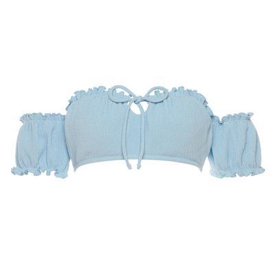 Top corto azul con hombros descubiertos y mangas abullonadas