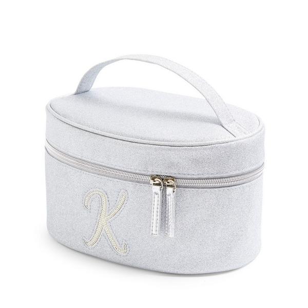Zilverkleurige beautycase met glitters, letter K met imitatieparels en studs