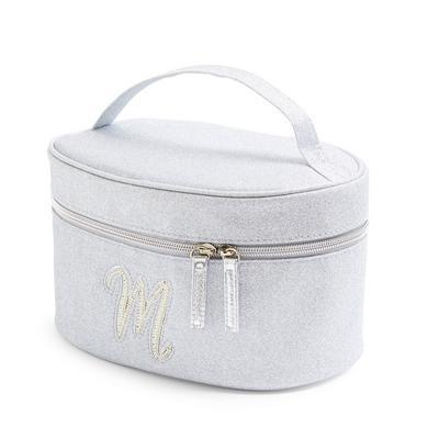 Srebrn kozmetični kovček z umetnimi perlicami in svetlečo začetnico M