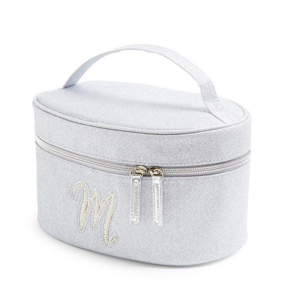 Zilverkleurige beautycase met glitters, letter M met imitatieparels en studs