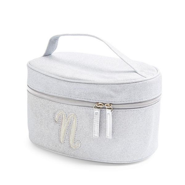Zilverkleurige beautycase met glitters, letter N met imitatieparels en studs