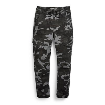 Donkergrijze cargobroek met camouflageprint voor jongens