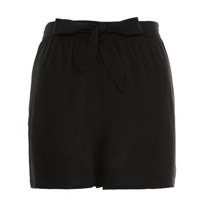 Pantalón corto negro de viscosa con cinturón