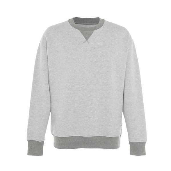 Suéter gris con cuello redondo acanalado en contraste