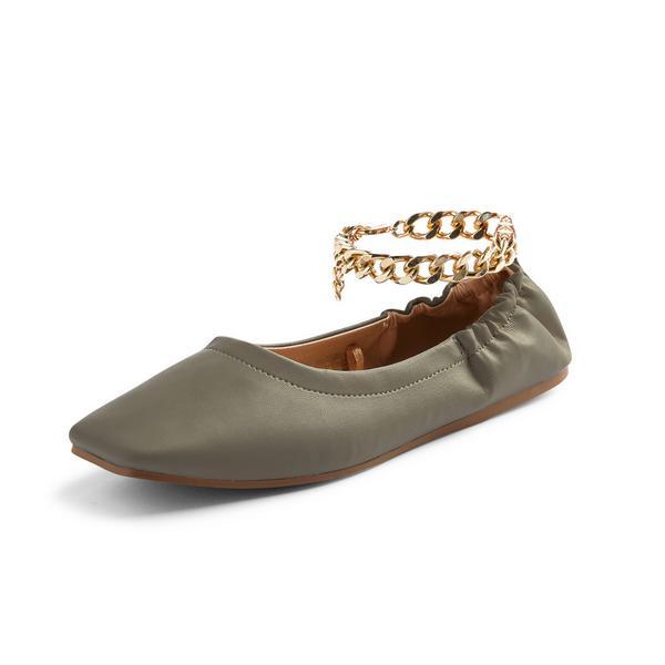 Pantuflas tipo bailarina color caqui con puntera cuadrada y cadena al tobillo